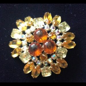 Jewelry - Gorgeous crystal / glass vintage brooch!
